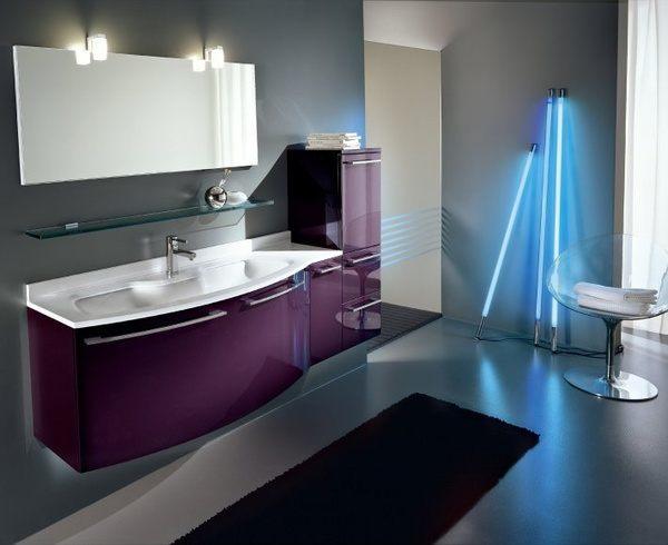 Mit kontrastreichen Farben macht diese Designkombination das Bad lebendig.
