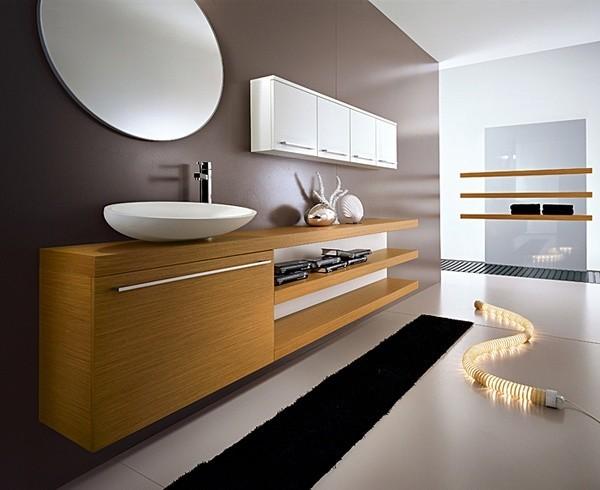 Auch Echtholz in Kombination mit weißen Flächen strahlt eine besondere Eleganz aus.