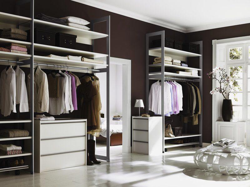 Ein Ankleidezimmer mit besonders breiten Fachböden