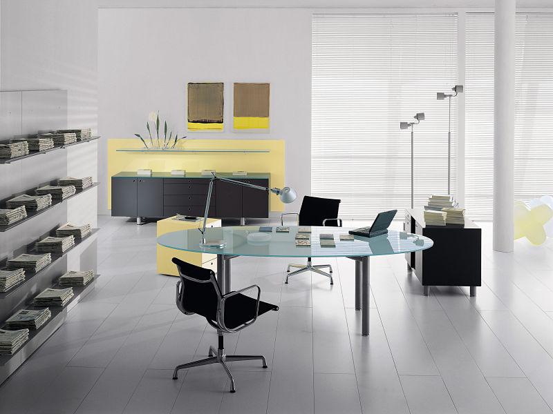 Einen Blickfang bildet der große Glastisch in der Mitte des Raumes.