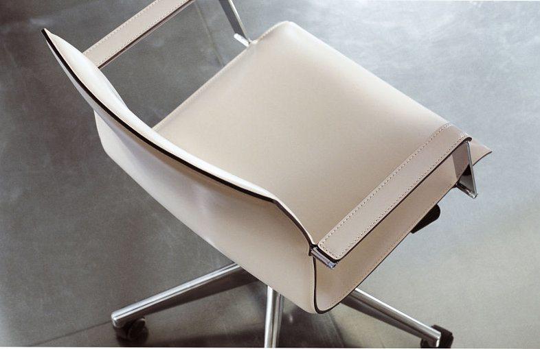 Dieser stilvolle Lederstuhl sieht nicht nur schick aus, sondern ist auch bequem.