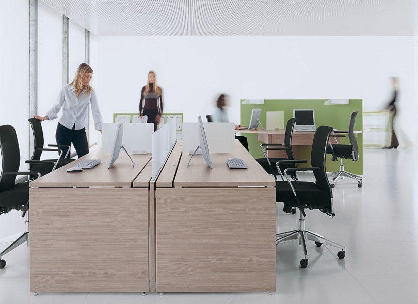 Grenzenlos erweiterbare Schreibtischmodule. Die Module werden einfach wie ein Legosystem aneinander gesteckt.