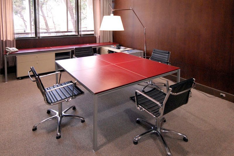 Dieser komfortable Besprechungstisch eignet sich für 4 Personen und ist mit hochwertigem Kernleder belegt.