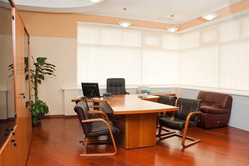 Eine Büroeinrichtung für diejenigen, die eher die klassische Einrichtung mit viel Holz bevorzugen