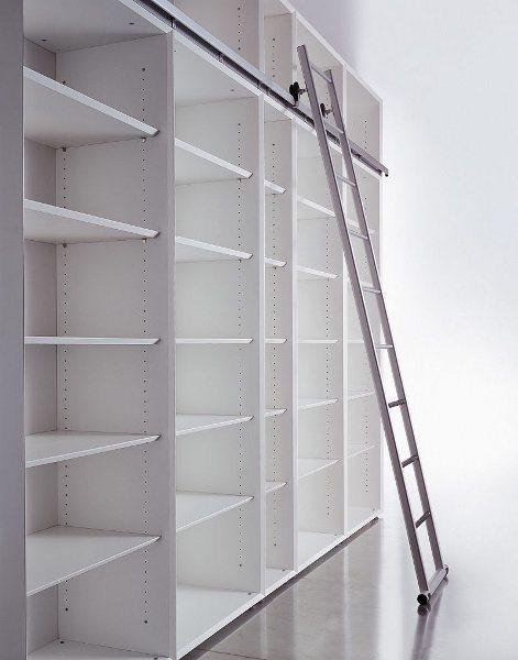 Schiebeleitern sind praktische Helfer, wenn Sie Regale mit einer Höhe über 1,60 m nutzen möchten.