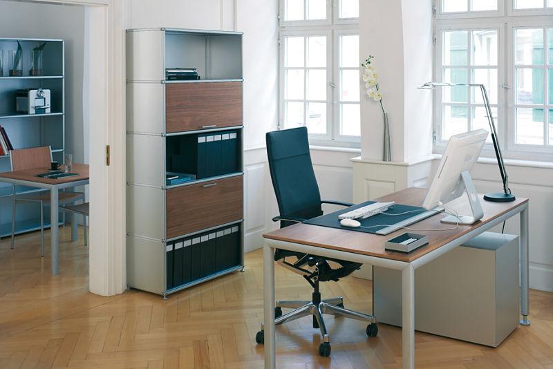 Bürogestaltung - Wer über mehr Platz verfügt, mag diese Gestaltungsvariante ganz sicher. Mattes Aluminium kombiniert mit Holz erzeugt eine angenehme Atmosphäre.