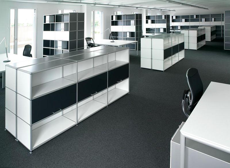 Bürogestaltung - Gut strukturiertes Großraumbüro mit schallschluckenden Elementen.