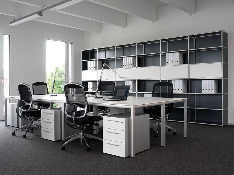 Sehr moderne Bürogestaltung mit Metalloberflächen und weißen Fronten.