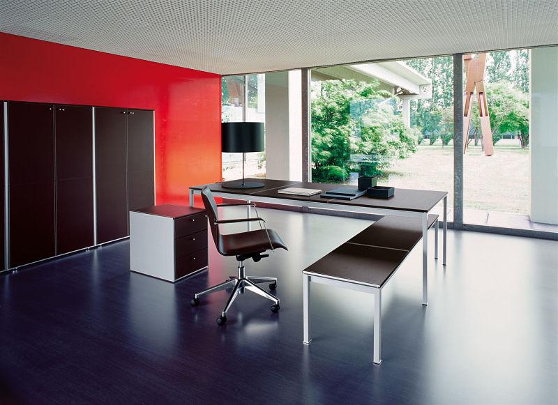 Büromöbel mit Kernleder bezogenen Oberflächen. Perfekt für jede Chefetage.