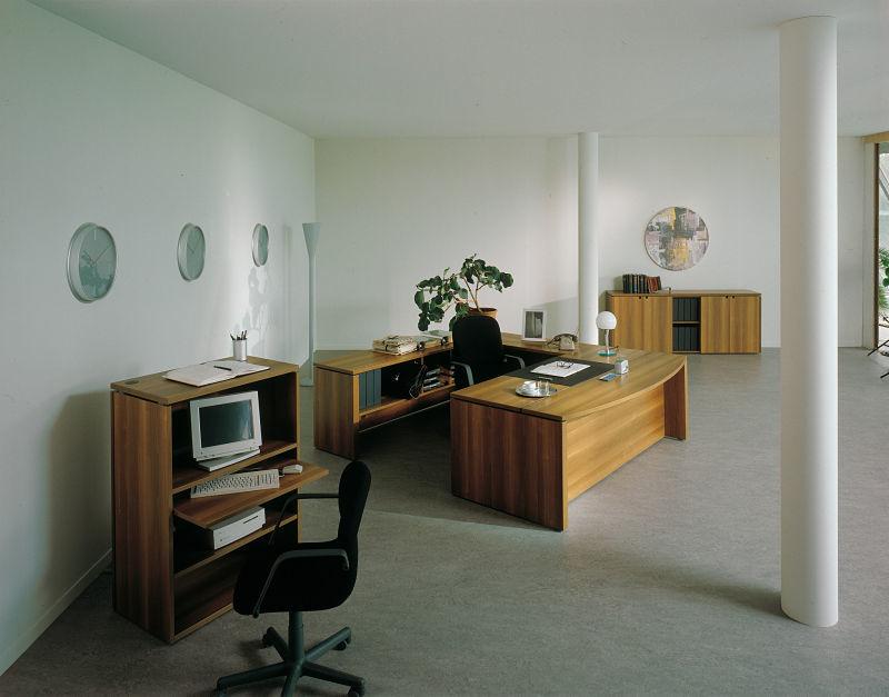 Die klassische Variante der Bürogestaltung, viel Echtholz steht für zeitloses Design.