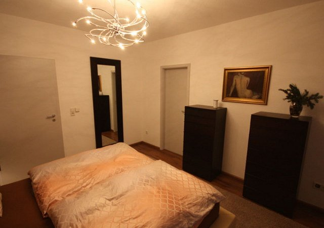 Die Hochkommoden sind aus Echtholz in dunklem Holz sind aus der gleichen Serie wie das Bett.