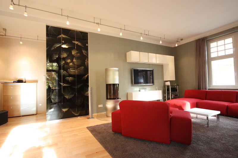 Dachgeschoss ausbauen - Beschichtete Glasplatten mit dem Bild einer Artischocke dienen hier als Raumteiler zwischen Wohnraum und Flur.