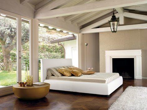 Ein romantisches Designer-Schlafzimmer unter dem Dach mit Kamin