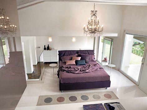 Ein modernes Designer-Schlafzimmer mit lila Akzenten