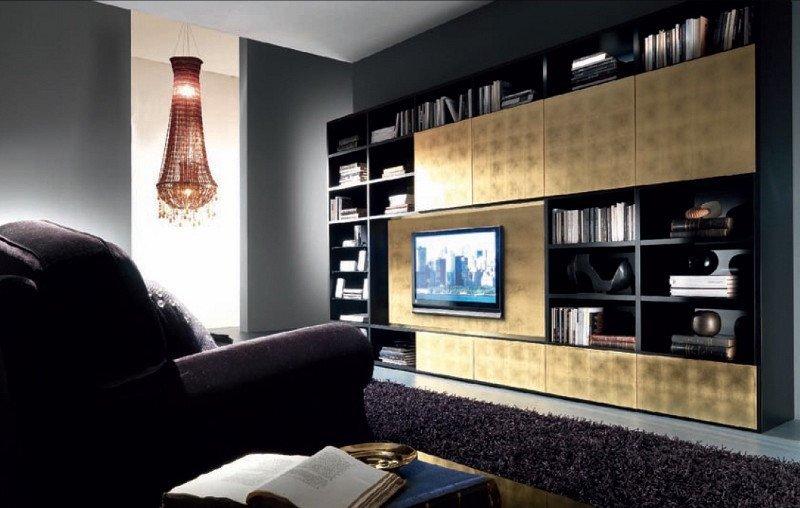 Das Designer-Wohnzimmer besticht durch seine Wohnwand, die mit Metall beschichtet ist