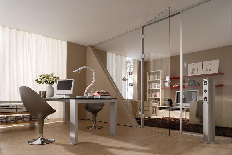 Raumteiler aus Klarglas mit einer Drehtür