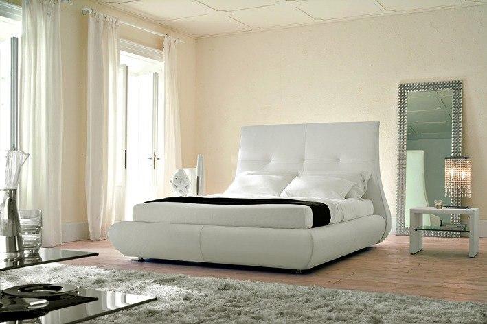 Italienische Betten – Mondänes Bett mit geschwungenem Kopfteil