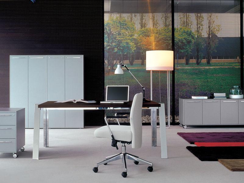 Weiße Möbel kombiniert mit Edelstahl, dazu ein verstellbarere und super bequemer Bürostuhl aus Echtleder.