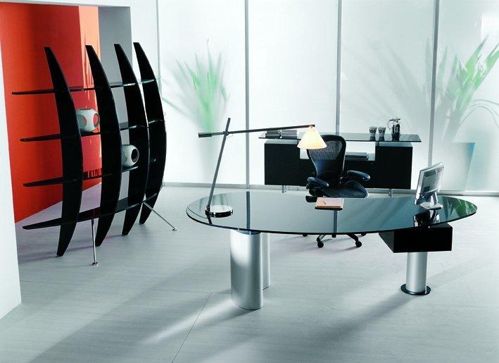 Sehr modern wirkt der geschwungene Schreibtisch mit der schwarz lackierten Glasplatte.
