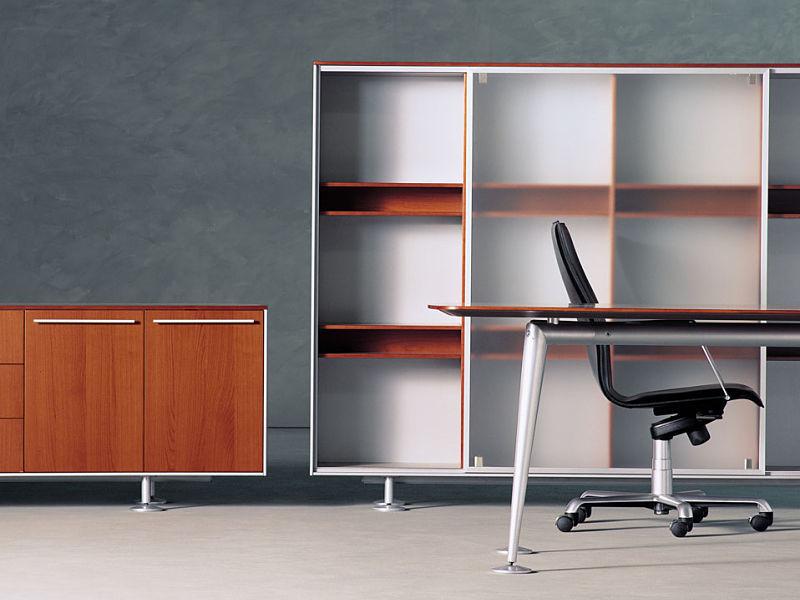 Italienische Büromöbel in edlem Kirschholz, kombiniert mit Aluminium