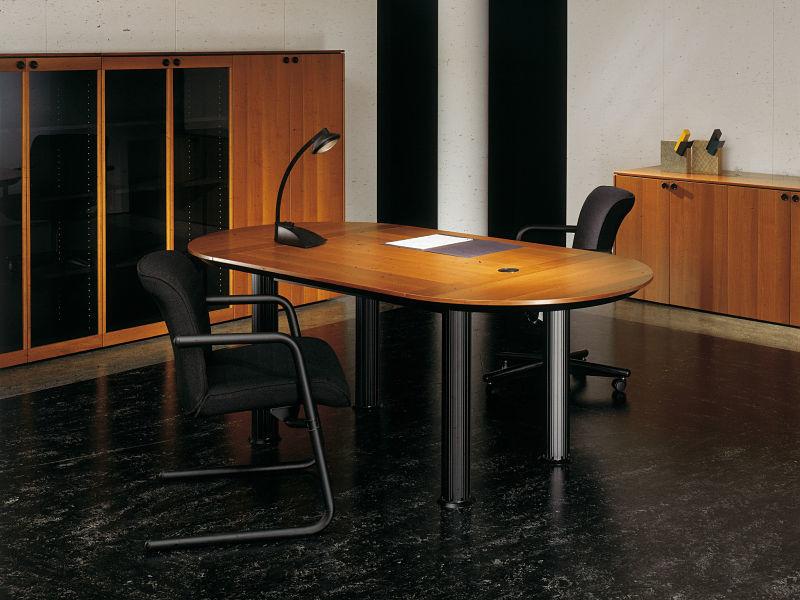 Italienische Büromöbel - Diese Möbelserie zeichnet sich durch die kontrastreiche Kombination von Holz und schwarzem Lack aus.