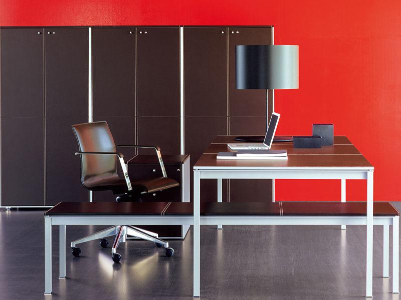 Diese Italienische Büromöbel-Serie ist etwas für gehobene Ansprüche. Die Möbelfronten und Tischplatten sind mit Kernleder belegt.