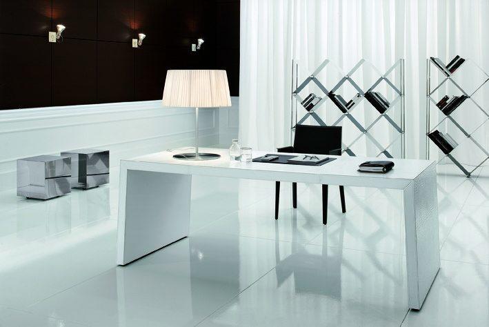 Der formschöne Schreibtisch ist ebenfalls mit weißem Kernleder bezogen. Dazu passend ein elegantes Regal aus Metall.