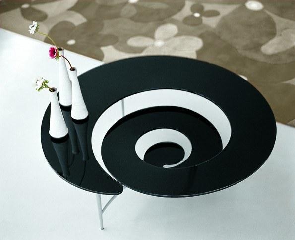 Italienische Designermöbel – interessant gestalteter Glastisch in Spiralform
