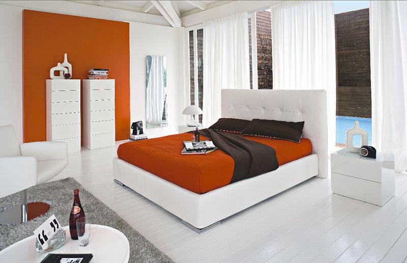 Ein Schlafzimmer modern in den Farben Orange und Weiß eingerichtet