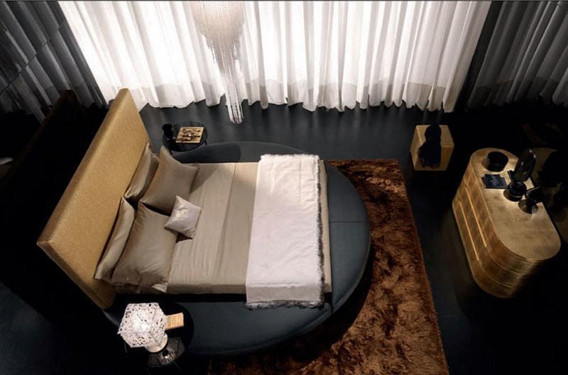 Hier sehen Sie ein hinreißendes modernes Schlafzimmer im Goldton