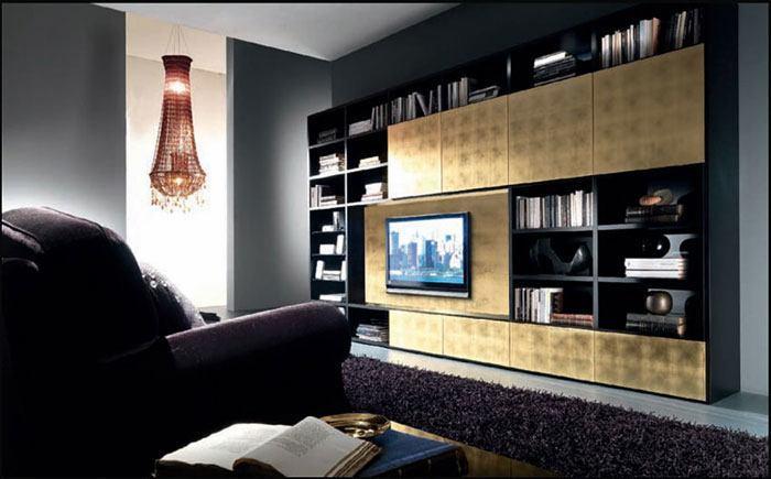 Das moderne Wohnzimmer besticht durch seine Wohnwand, die mit Metall beschichtet ist