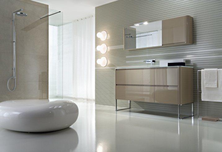 Designbadmöbel - Waschbeckenunterschrank mit hochglanzverchromten Füßen und passendem eleganten Spiegelschrank.
