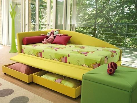 Kinderzimmergestaltung - Fröhliche Farben und praktische Details machen dieses Kinderbett zum Lieblingsbett der Kleinen.