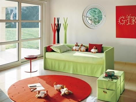 Kinderzimmergestaltung - Sehr übersichtlich, aber trotzdem gemütlich. Das Bett wird zum Schlafen mit wenigen Handgriffen umgebaut.