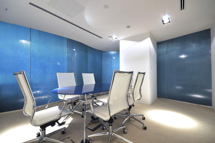Sehr modern wurde dieser Konferenzraum ausgestattet. Reflektierende Schiebetüren und der Glastisch geben dem Raum eine ganz besondere Note.