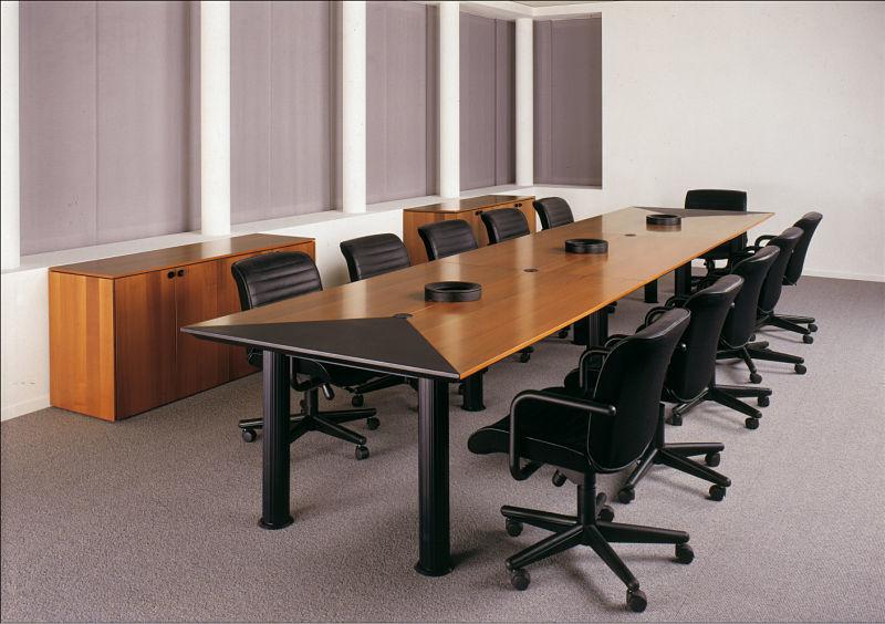 Konferenzraumausstattung - Gern genutzt wird auch immer wieder die klassische Variante mit Holzmöbeln und Lederstühlen.
