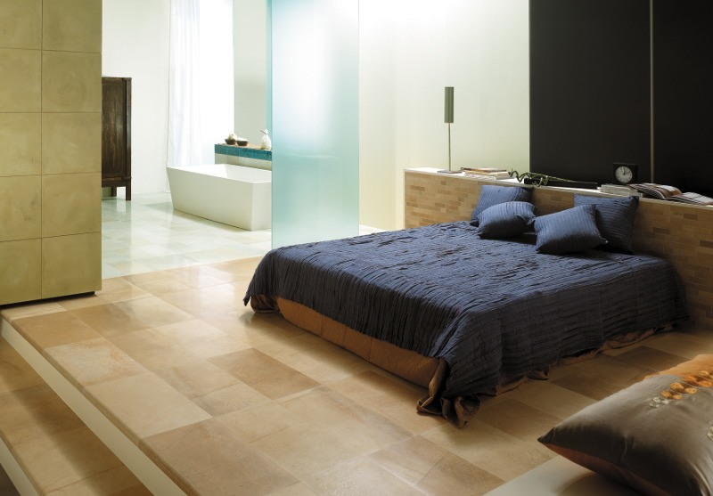 Luxus-Schlafzimmer mit offenem Zugang zum Masterbad