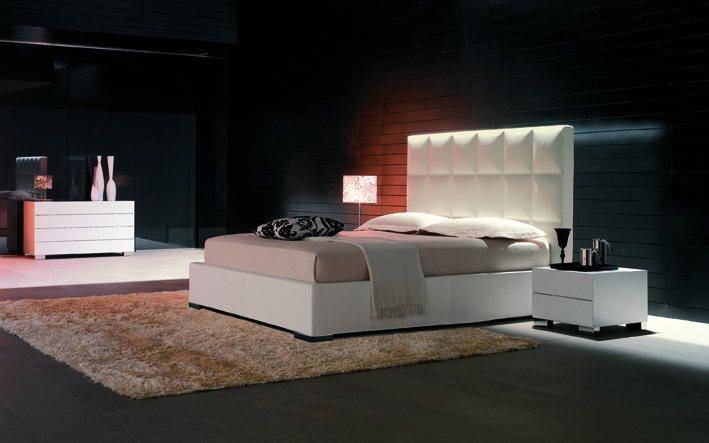 Ein wunderschönes Luxus-Schlafzimmer mit einem Designerbett aus samtweichem Softleder