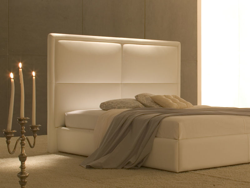 Schlafzimmergestaltung mit einem bequemen Bett in hellem Leder