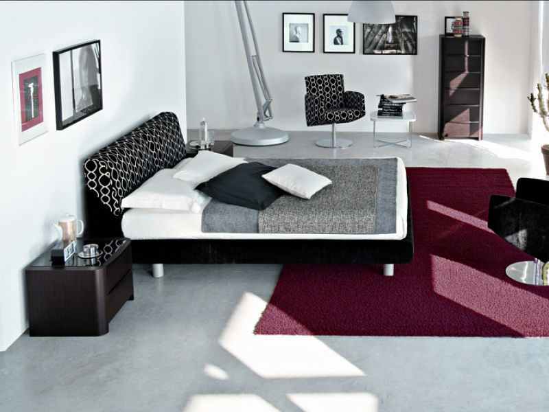 Schlafzimmergestaltung aus einem Guss, Bett und Sessel sind aus einer Kollektion