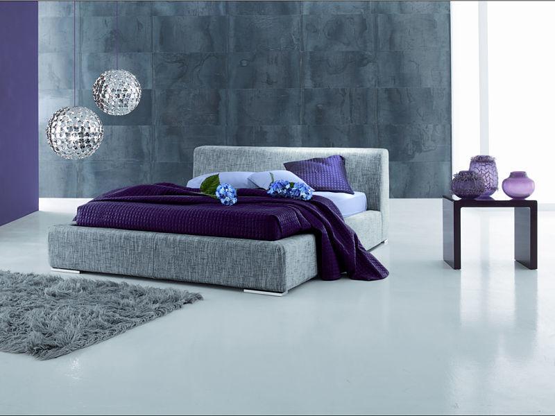 Eine Schlafzimmergestaltung mit Akzenten in Lila und Grau