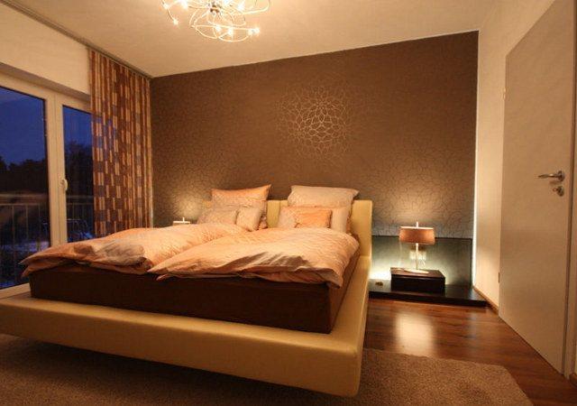 Schlafzimmergestaltung - Die Tapete besticht durch ihre wunderbar glänzende Oberfläche und dem silbernen Blütendruck.