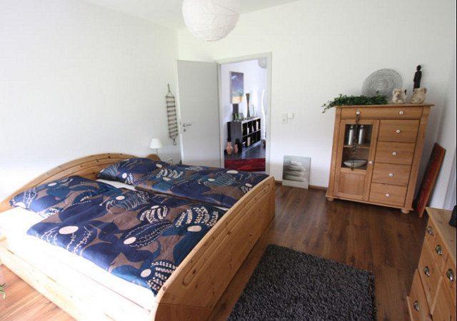 Das Schlafzimmer sollte moderner und hochwertiger eingerichtet werden.