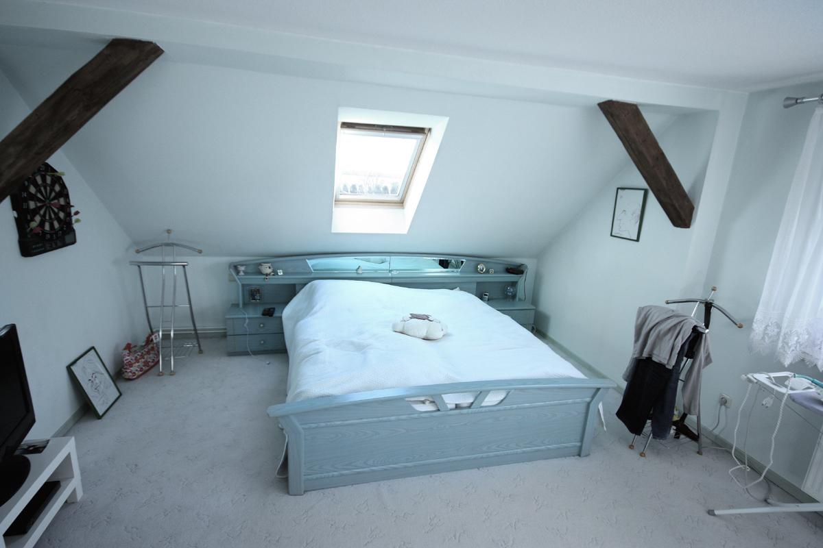 Vorher - Auf der gegenüberliegenden Seite des Schornsteins steht das Bett