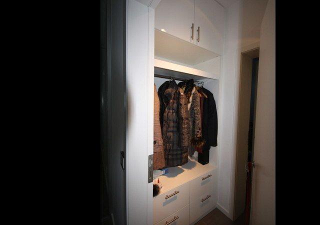 Die Möbel für die Garderobe, bestehend aus Oberschrank, Regal und Unterschrank mit Schubkästen.