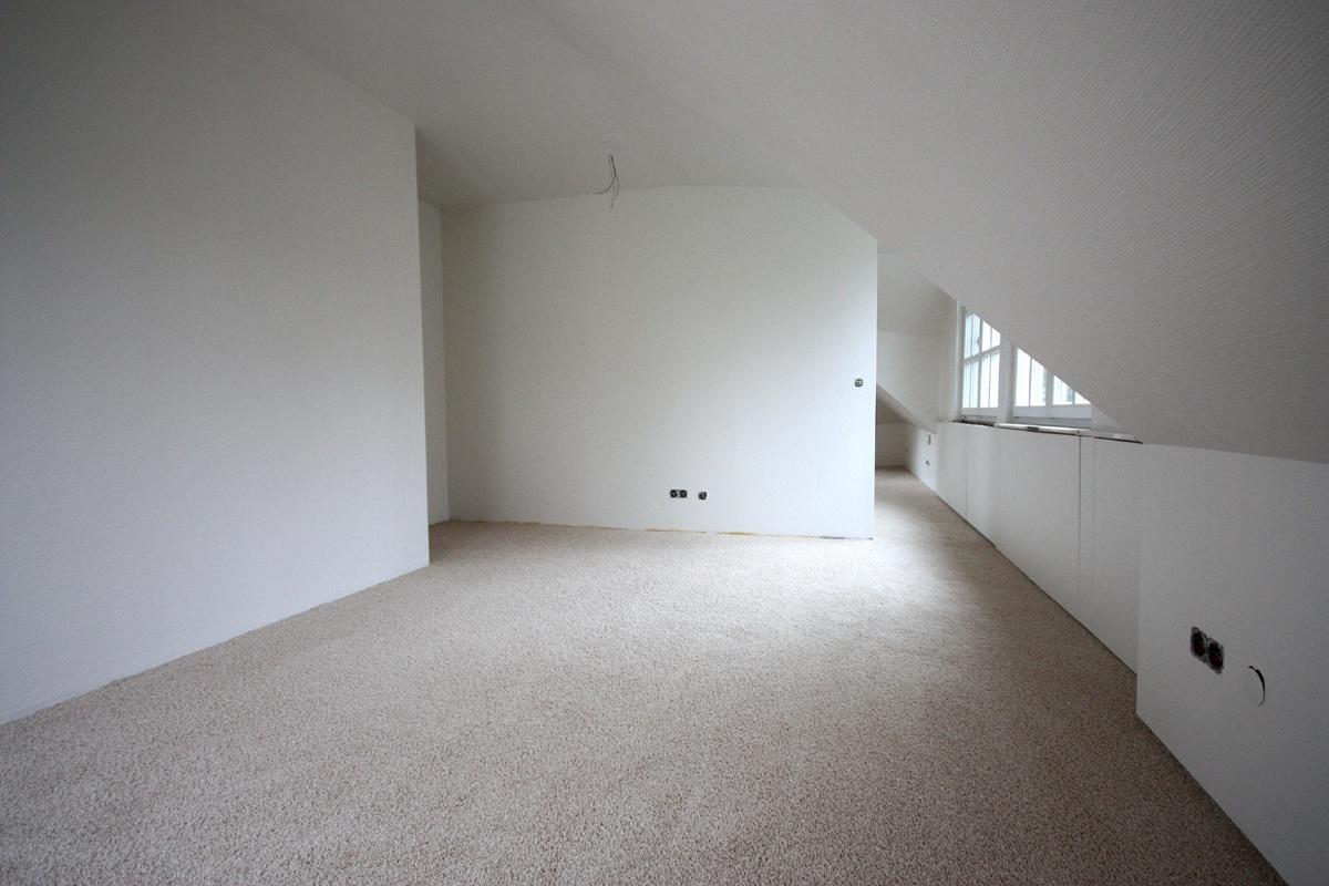 Das Ankleidezimmer ist bereits mit neuem Teppichboden ausgelegt