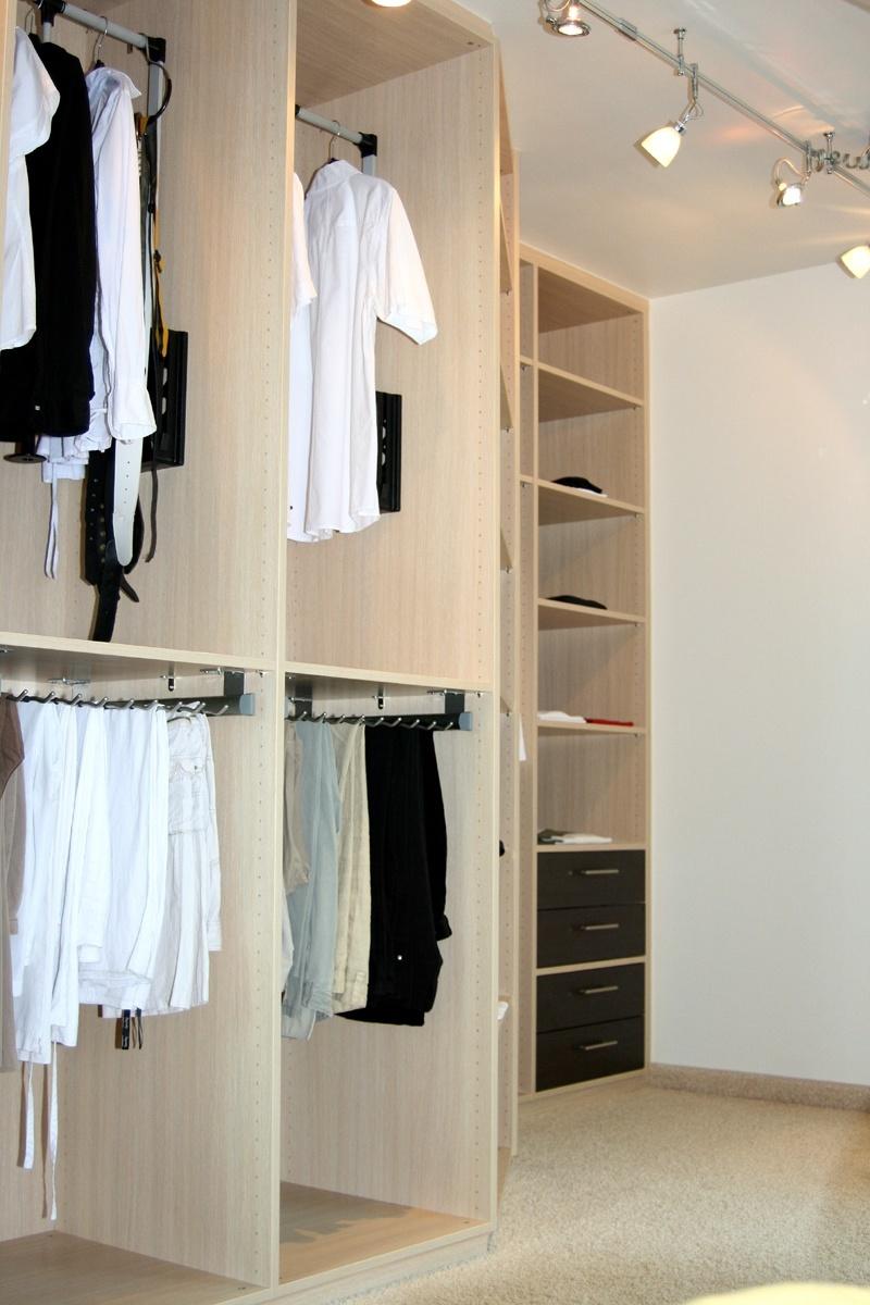 Einbauschrank für Ankleidezimmer - In den oberen Fächern des Einbauschrankes befinden sich Kleiderlifte für bequemes Herunterziehen der Garderobe.