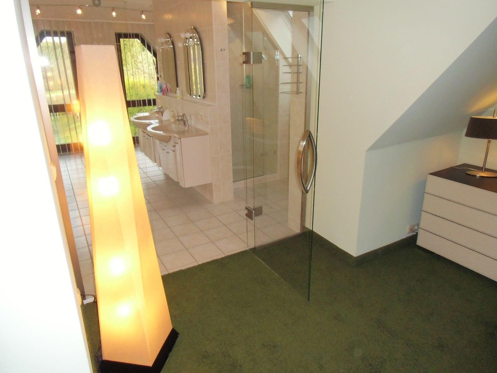 Hier sehen Sie die moderne Pendeltüranlage zwischen Bad und Ankleidezimmer aus einer weiteren Perspektive.