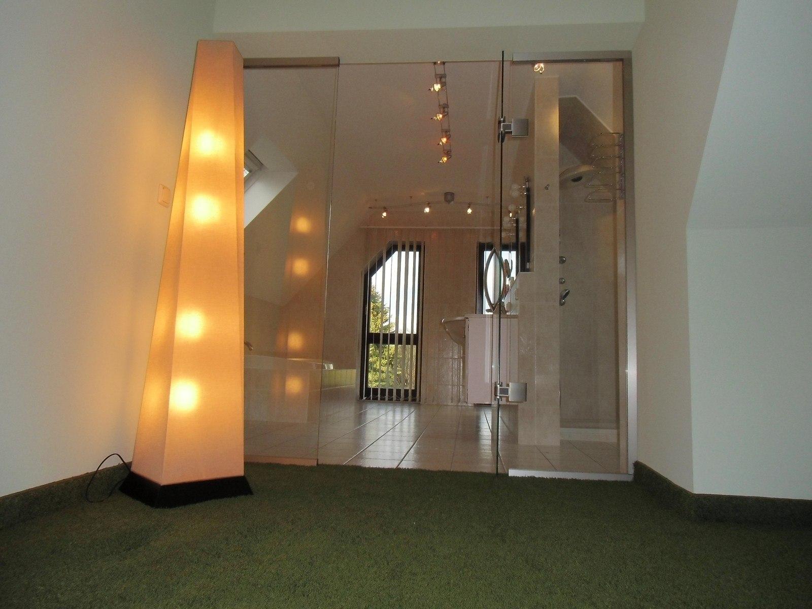Eine moderne Pendeltüranlage verbindet das Ankleidezimmer formschön mit dem Bad.