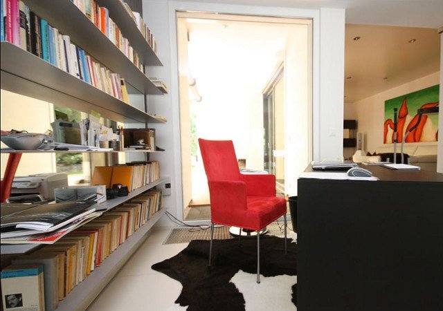 Arbeitszimmer-Einrichtung – Links das Designerregal mit der verspiegelten Rückwand